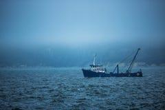 Trawler łodzi rybackiej żeglowanie w otwartym nawadnia na zimnie i mgłowy Zdjęcia Royalty Free