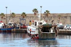 Trawler łodzie rybackie iść dokować po pracy obrazy stock
