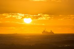 Trawler kąpać się w złotym świetle przechodzi przed zmierzchem zdjęcia royalty free