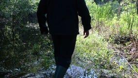 Trawy bagna lesisty mężczyzna zdjęcie wideo