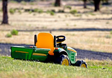 trawy gazonu zabawki ciągnik Zdjęcia Royalty Free
