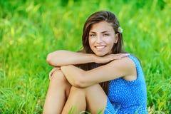trawy obsiadania uśmiechnięta kobieta Obrazy Royalty Free