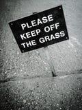 trawy utrzymanie daleko zadawala znaka Obrazy Stock