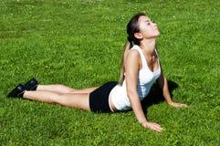 trawy zieleni kobiety joga zdjęcia stock