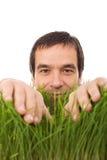 trawy zieleni szczęśliwy odosobniony mężczyzna zdjęcie royalty free
