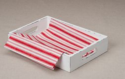 Tray With Folded Napkin On naturlig linnebakgrund fotografering för bildbyråer