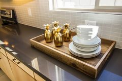 Tray On Modern Kitchen Counter servente di legno immagine stock