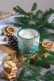 Tray Star Cup de madeira com conceito do ano novo da decoração das cookies da manhã de Natal do cappuccino do café fotos de stock royalty free