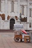 Tray Sweet-amandel op de achtergrond van de Kathedraal van Christus de Verlosser Royalty-vrije Stock Fotografie