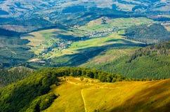 Trayectoria abajo de la colina al valle rural Fotos de archivo libres de regalías