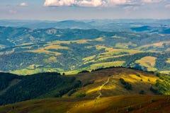 Trayectoria abajo de la ladera al valle pintoresco Imagen de archivo