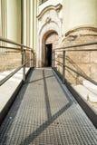 Trayectoria accesible a la iglesia Fotos de archivo