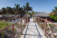 Trayectoria a barrar en la playa Puente de madera Imagen de archivo libre de regalías