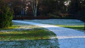 Trayectoria blanca de la nieve en parque Fotografía de archivo libre de regalías
