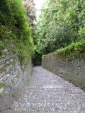 Trayectoria de escaleras de piedras en pendiente en un parque de la ciudad de B?rgamo en Italia fotografía de archivo