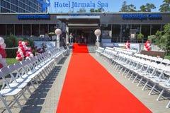 Trayectoria de la alfombra roja en el BALNEARIO del HOTEL JURMALA para las demostraciones de moda Imagen de archivo