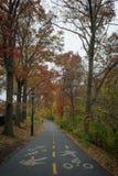Trayectoria de la bici del greenway de NYC a través del fuerte Washington Park en un au oscuro Imagen de archivo libre de regalías