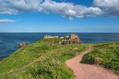 Trayectoria de la costa en el castillo Stonehaven Escocia de Dunnotar Imágenes de archivo libres de regalías