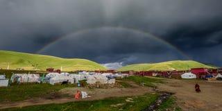Trayectoria de la estilita debajo del arco iris Foto de archivo