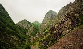 Trayectoria de la montaña rocosa. Foto de archivo libre de regalías