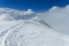 Trayectoria de la nieve de la montaña Imagen de archivo libre de regalías