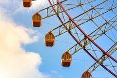 Trayectoria de la noria anaranjada contra el cielo azul Fotos de archivo libres de regalías