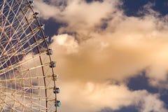 Trayectoria de la noria gigante contra las nubes blancas Imagen de archivo libre de regalías