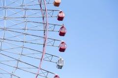 Trayectoria de la rueda gigante contra el cielo azul claro Foto de archivo