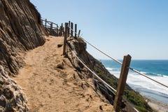Trayectoria de la suciedad en el lado del acantilado en la playa del ` s del faro Foto de archivo