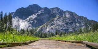 Trayectoria de madera con la vista de la montaña en Yosemite CA imagen de archivo libre de regalías