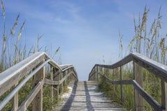 Trayectoria de madera del paseo marítimo a la diversión del verano Fotografía de archivo