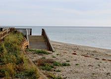 Trayectoria de madera en la playa fotos de archivo libres de regalías