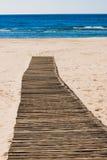 Trayectoria de madera en la playa Imágenes de archivo libres de regalías