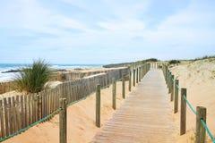 Trayectoria de madera en la playa atlántica con vista al mar foto de archivo