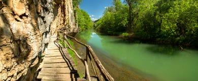 Trayectoria de madera a lo largo del río Imagenes de archivo