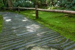 Trayectoria de piedra de doblez, jardín japonés Imagen de archivo libre de regalías