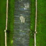 Trayectoria de piedra de doblez, jardín japonés Foto de archivo libre de regalías