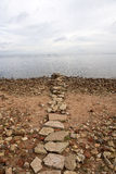 Trayectoria de piedra en el lago Ladoga Imagen de archivo libre de regalías