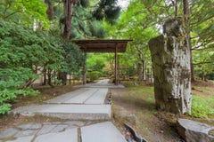 Trayectoria de piedra en jardín japonés Fotos de archivo