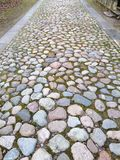 Trayectoria de piedras coloreadas ásperas fotografía de archivo