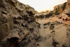 Trayectoria del barranco en un día soleado entre altas rocas fotos de archivo