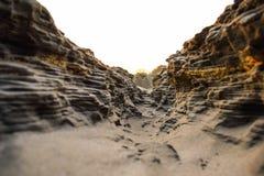 Trayectoria del barranco en un día soleado entre altas rocas imagenes de archivo