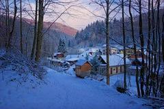 Trayectoria del invierno al pueblo Imágenes de archivo libres de regalías