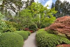 Trayectoria del jardín en el jardín japonés Imagenes de archivo