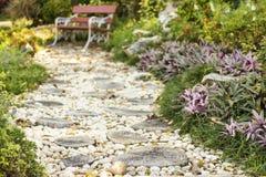 Trayectoria del paseo en el jardín adornado con los tocones y la piedra Foto de archivo libre de regalías