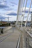 Trayectoria del peatón y de la bicicleta con acro del puente de travesía de Tilikum Fotografía de archivo
