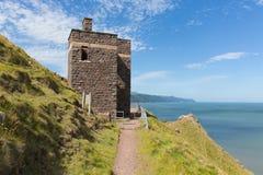 Trayectoria del sur de la costa oeste cerca de la torre vieja BRITÁNICA del puesto de observación del guardacostas de Porlock Som Fotografía de archivo