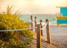 Trayectoria en la arena que va al océano en Miami Beach fotos de archivo libres de regalías