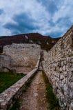 Trayectoria en la fortaleza de Travnik fotografía de archivo libre de regalías