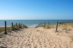 Trayectoria en las dunas con la opinión del mar Foto de archivo